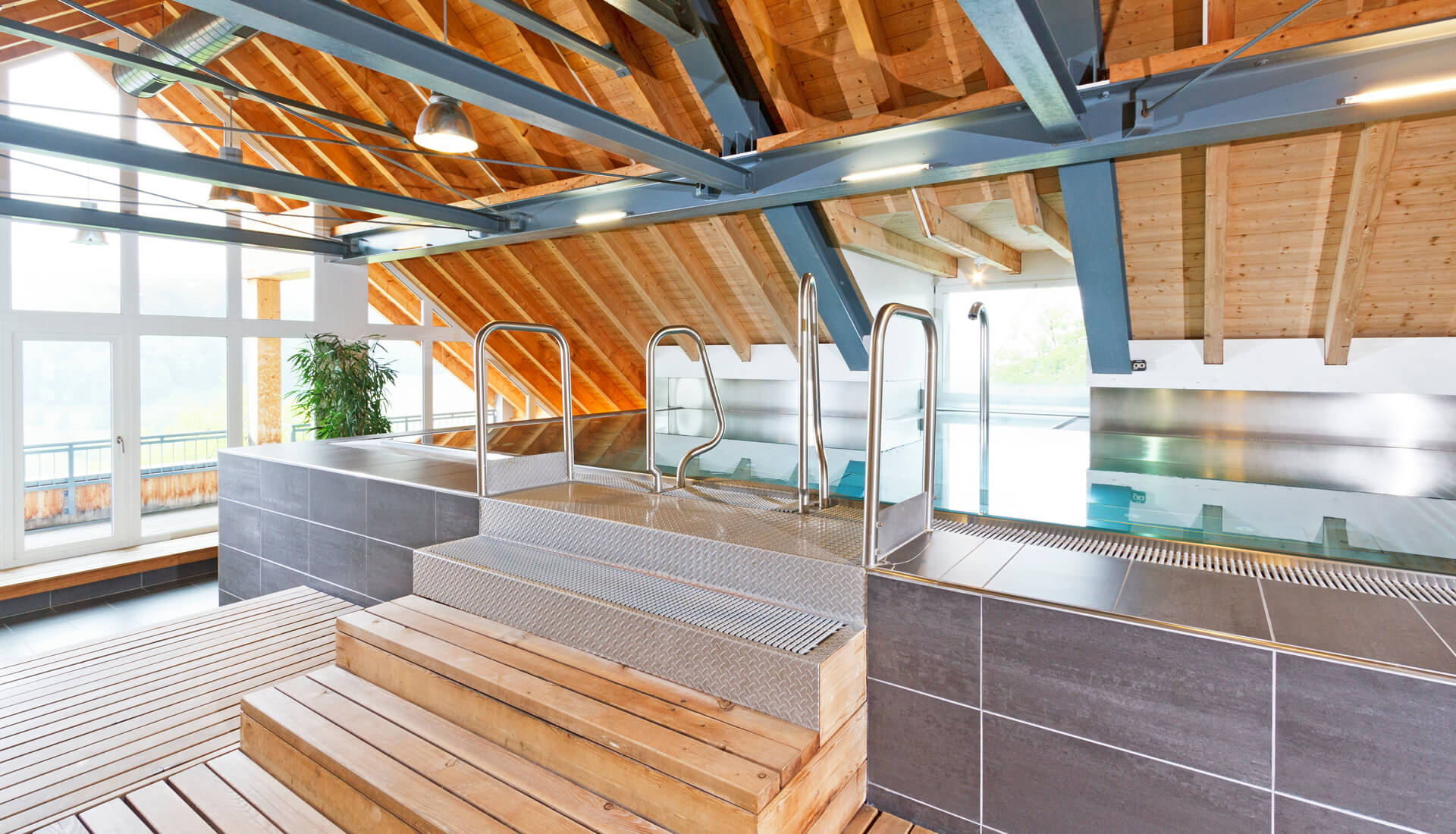 Whirlpool in der Wellness-Attika